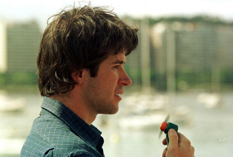Murilo Benício alivía o calor com um ventilador portátil durante intervalo das filmagens de