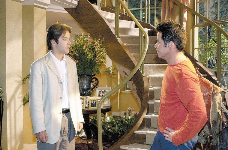Murilo Benício em cena do primeiro encontro de Lucas (à esq.) e seu clone, Léo, personagens da novela