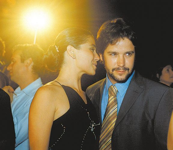 A atriz Giovanna Antonelli e o então namorado, o ator Murílio Benício na festa de lançamento da minissérie da Rede Globo,