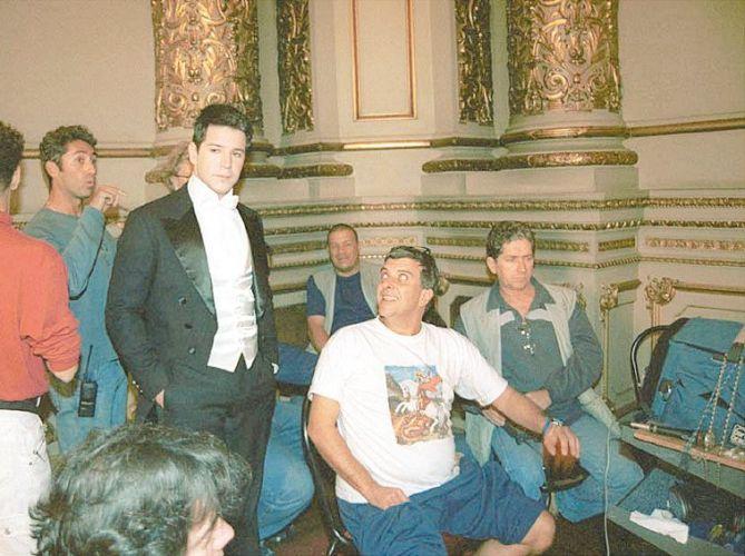 Murilo Benício (de fraque) e o diretor Jorge Fernando (sentado, de branco) durante gravações da novela
