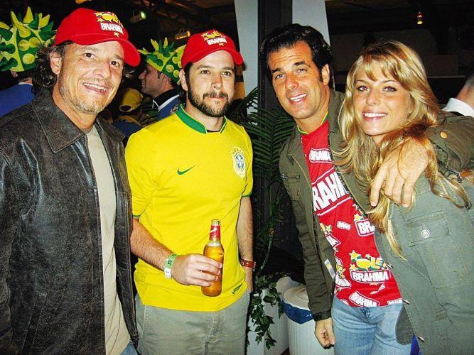 Da esquerda para a direita, os atores Marcelo Novaes e Murilo Benício, o empresário Álvaro Garnero e a modelo Caroline Bittencourt durante torcida pela seleção brasileira na Copa do Mundo de 2006 (25/6/06)