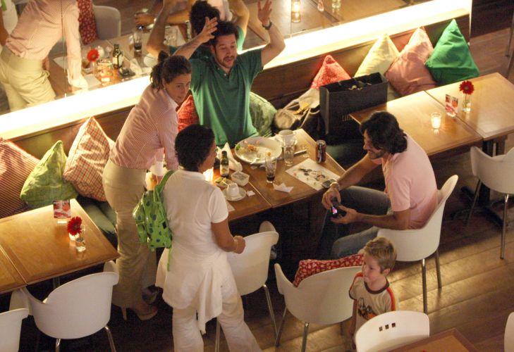 Giovanna Antonelli e Murilo Benício, que se separaram em abril de 2004 de modo não muito amigável, jantaram juntos com o filho, Pietro, de 4 anos, em shopping carioca. O namorado da atriz na ocasião, o empresário Arthur Fernandes (de rosa), também estava lá (6/1/09)