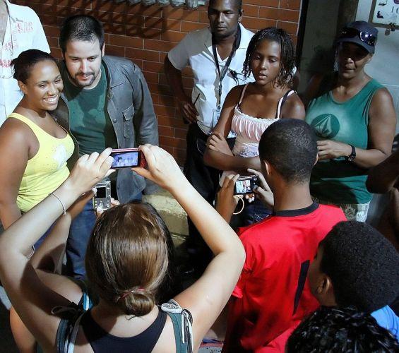 Murilo Benício posa para fotografia com fãs durante intervalo de gravação da série