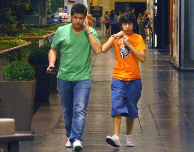 Murilo Benício vai ao cinema com Antônio, de 13 anos, seu filho com a atriz Alessandra Negrini, em um shopping da zona sul carioca (19/5/10) (19/5/10)
