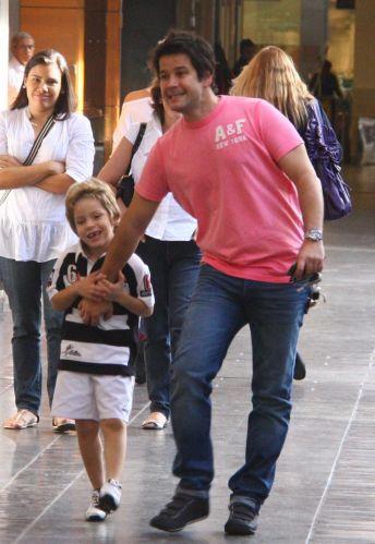 Murilo Benício passeia com seu filho Pietro, fruto de seu relacionamento com a atriz Giovanna Antonelli, em um shopping da zona sul carioca (28/5/10)