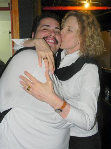 Marília Gabriela beija o ator Tiago Abravanel, que vive Tim Maia no musical dedicado ao cantor, em cartaz no Teatro Oi Casagrande, no Rio (02/10/2011)