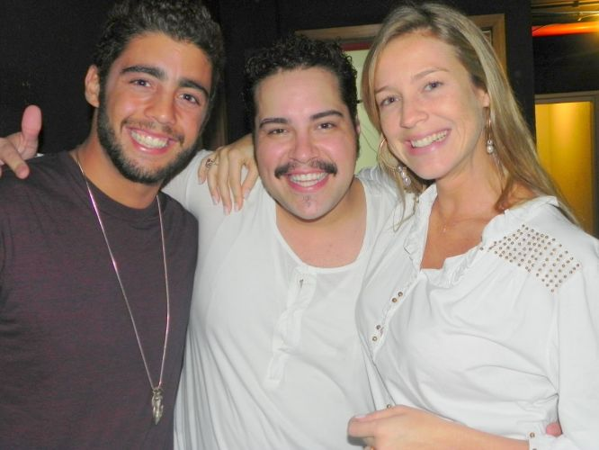 Pedro Scooby, Tiago Abravanel e Luana Piovani posam para foto durante apresentao do musical em homenagem a Tim Maia, no Rio de Janeiro dedicado ao cantor, em cartaz no Teatro Oi Casagrande, no Rio (02/10/2011)