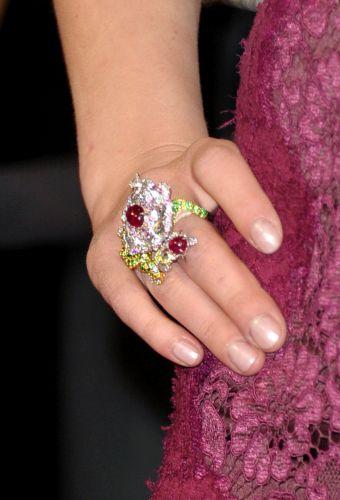 Detalhe do anel da atriz Scarlett Johansson (27/2/11)