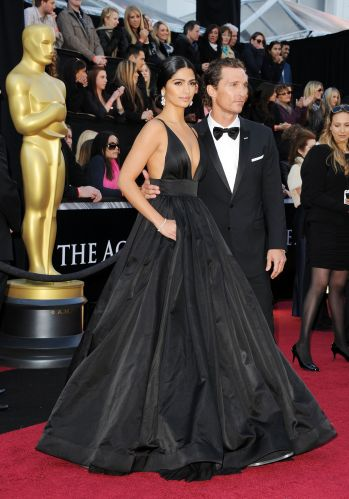 A modelo brasileira Camila Alves chega com o marido, o ator Matthew McConaughey (27/2/11)