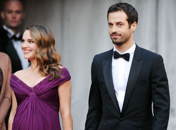 Natalie Portman chega com o noivo e pai de seu filho, o bailarino e coregrafo Benjamin Millepied (27/2/11)