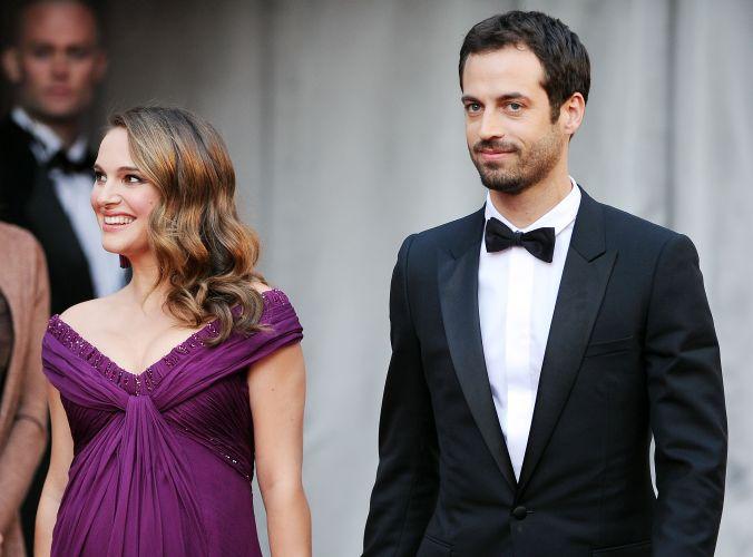 Natalie Portman chega com o noivo e pai de seu filho, o bailarino e coreógrafo Benjamin Millepied (27/2/11)