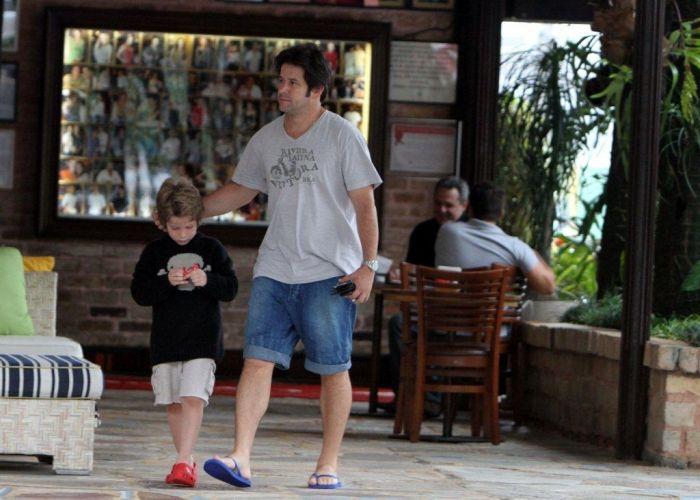 Acompanhado do filho Pietro, o ator Murilo Benício deixa churrascaria na zona oeste do Rio. Pietro é filho do ator com a atriz Giovanna Antonelli. Recentemente, o menino ganhou duas irmãzinhas por parte de mãe: as gêmeas Sofia e Antônia (12/11/10)