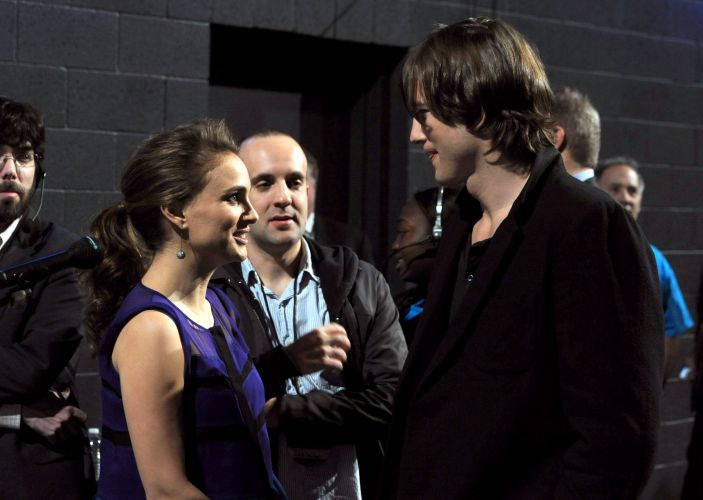 Os atores Natalie Portman, que anunciou recentemente estar grávida, e Ashton Kutcher conversam nos bastidores do People's Choice Awards, em Los Angeles (5/1/2011)