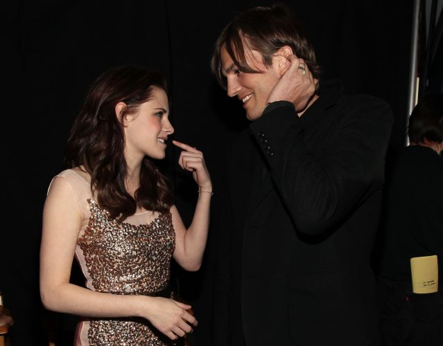 Os atores Kristen Stewart e Ashton Kutcher conversam nos bastidores do People's Choice Awards, em Los Angeles (5/1/2011)