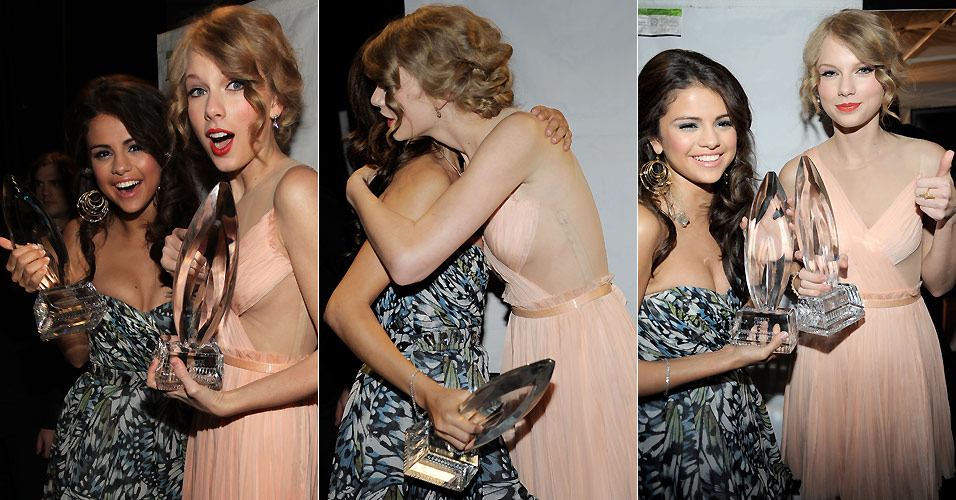 Selena Gomez e Taylor Swift fazem graa e posam juntas nos bastidores do People's Choice Awards, em Los Angeles (5/1/2011). Gomez recebeu junto com sua banda The Scene o prmio de artista revelao, e Swift ganhou o prmio de melhor artista country