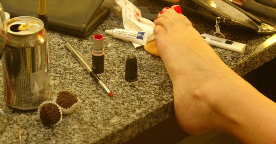 Este é o pé de Wanessa Camargo em volta de muita maquiagem e brigadeiro, num camarim em noite de show