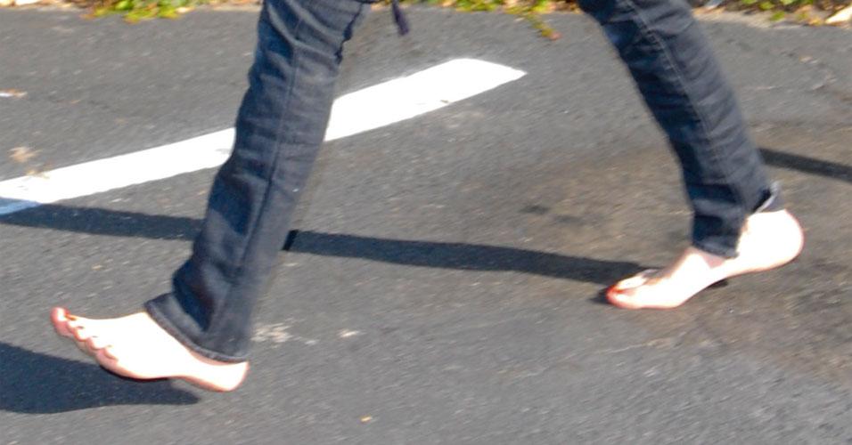 Mary-Kate Olsen não tem muitos cuidados com seu pé, e caminha tranqüilamente descalça pelas ruas de Los Angeles