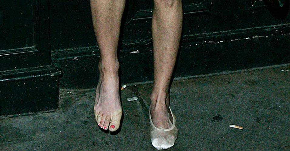 Está reconhecendo a sapatilha? Só podia ser Amy Winehouse, que um dia precisou trocar de sapatos no meio da rua e foi flagrada por uma paparazzo