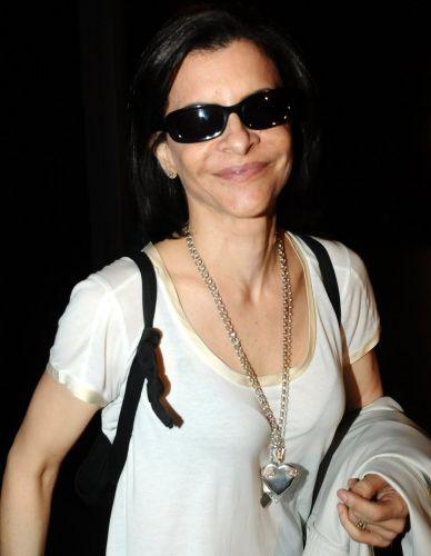 A cantora Marina Lima, que nem de noite tira seus óculos escuros, chega ao Playcenter para assistir aos shows do Festival Planeta Terra, em São Paulo (20/11/2010). Veja fotos dos shows em UOL Música