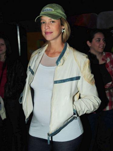 Exibindo barriguinha de grávida, Luana Piovani posa para foto no Planeta Terra 2011 (05/11/2011)