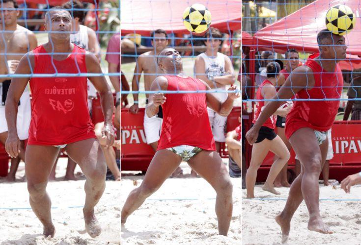 Romário curte o sábado de sol e joga futevôlei na praia do Pepê, Rio de Janeiro (12/3/2011)