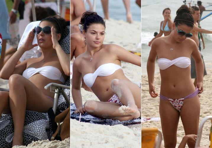 Nívea Stelmann e o namorado, Thierry Figueira, brincam no mar na