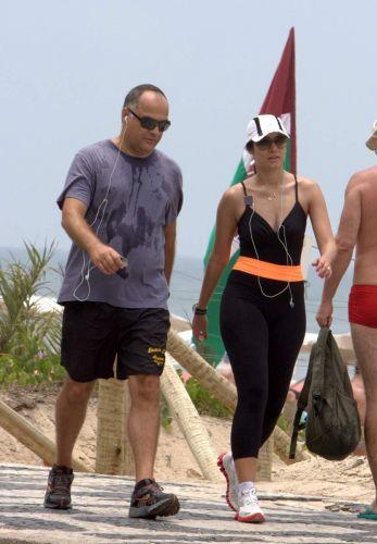 Patricia Poeta e o marido Amauri caminham no calçadão da Praia de Ipanema, no Rio de Janeiro (18/12/10)
