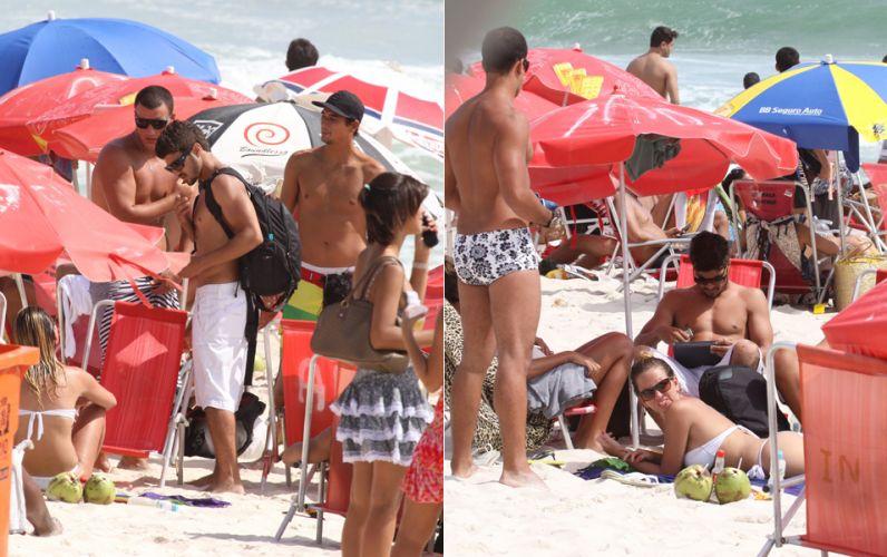 Caio Castro exibe a boa forma e curte dia de calor com amigos na praia da Barra da Tijuca, Rio de Janeiro, na sexta-feira (7/1/2011)