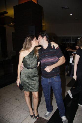 A atriz Ingrid Guimarães beija o marido, o publicitário publicitário René Machado, na pré-estreia do filme