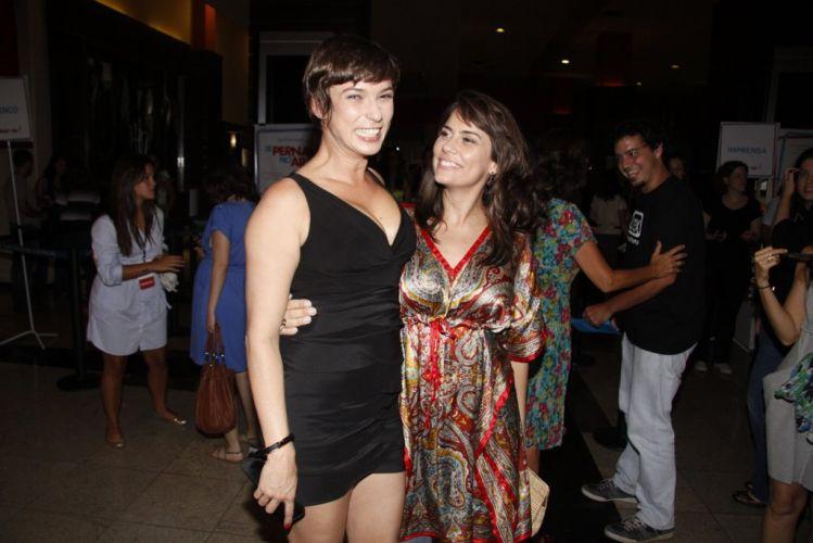 As atrizes Maria Paula e Adriana Prado posam para foto na pré-estreia do filme