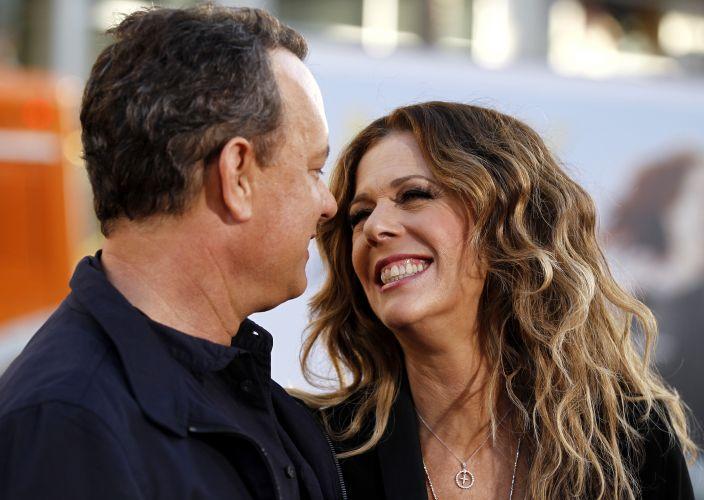 Tom Hanks e a atriz Rita Wilson posam para fotos na pré-estreia do filme