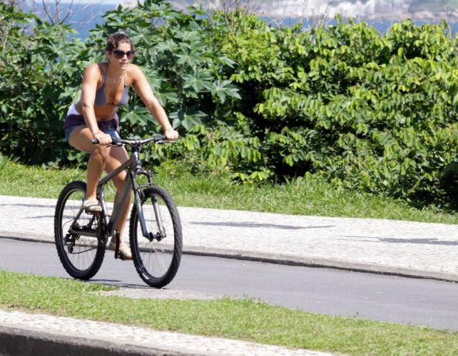 A atriz Priscila Fantin aproveita o domingo de sol para pedalar pela orla da Barra, na zona oeste carioca (28/11/10)