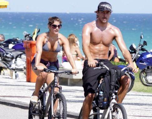 Acompanhada do namorado, o ator Renan Abreu, a atriz Priscila Fantin aproveita o domingo de sol para pedalar pela orla da Barra, na zona oeste carioca (28/11/10)