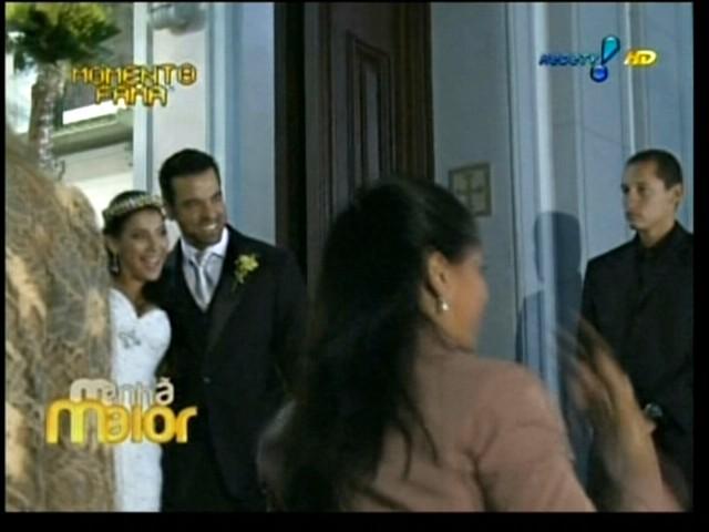 Os noivos Priscila Pires e Bruno Andrade saem felizes da igreja após o casamento, no Rio de Janeiro (28/5/2011)