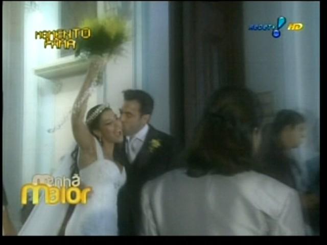Segurando seu buquê amarelo, Priscila Pires recebe um beijo do agora marido Bruno Andrade, no Rio de Janeiro (28/5/2011)
