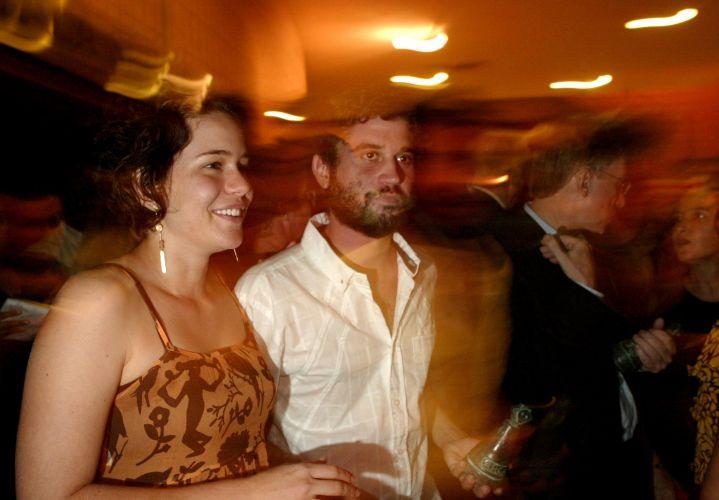 Após sete anos de namoro, Leandra Leal se separou do músico pernambucano Lirinha. A atriz chegou a se mudar para São Paulo, onde vive o vocalista do Cordel do Fogo Encantado, mas a relação não deu certo e o anúncio do fim foi dado no dia 17 de março