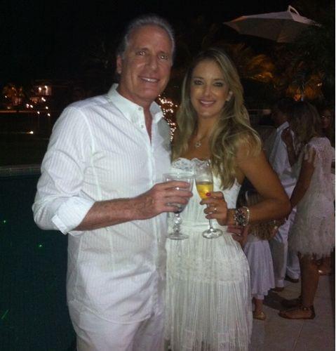 O publicitário e apresentador Roberto Justus celebra a virada do ano ao lado da mulher, Ticiane Pinheiro, em uma praia no litoral norte de SP (31/12/2010)
