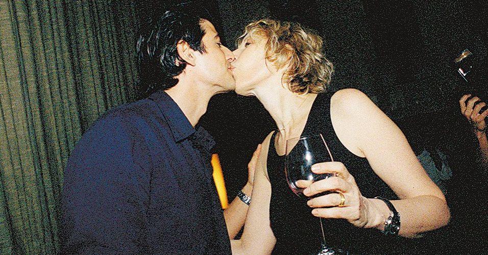 A jornalista e cantora Marília Gabriela beija o ator Reynaldo Gianecchini no lançamento do seu CD,