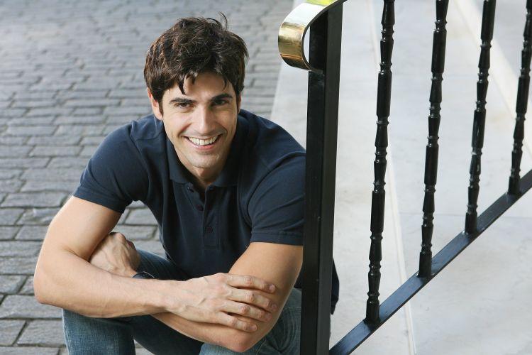 O ator Reynaldo Gianecchini no jardim do seu prédio no bairro dos Jardins, em São Paulo (24/8/2006). Na época ele fazia a peça teatral
