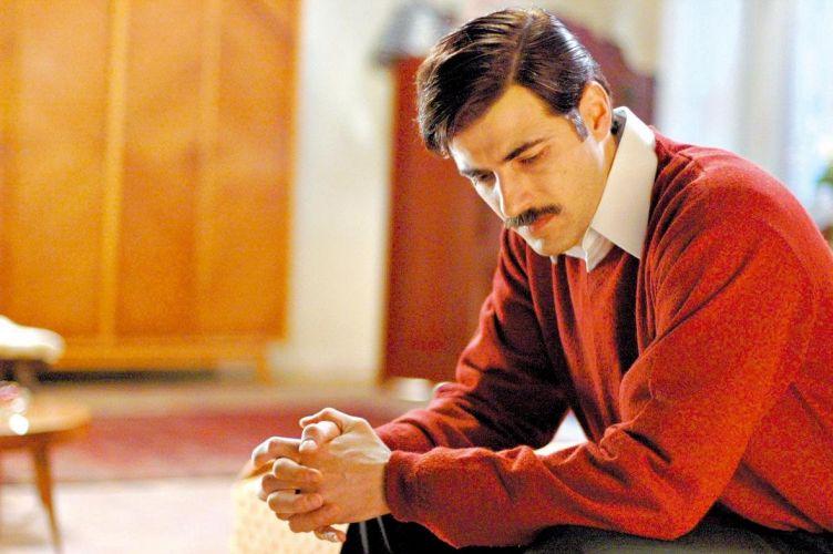 O ator Reynaldo Gianecchini, de bigode, durante cena do filme