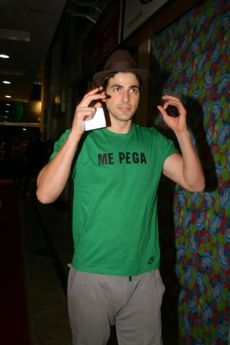 Reynaldo Gianecchini chega à Festa Clube em Botafogo com uma camiseta pra lá de sugestiva:
