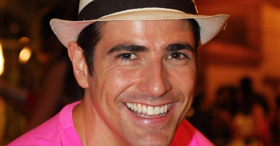 De chapéu, Gianecchini participa da coletiva de imprensa de