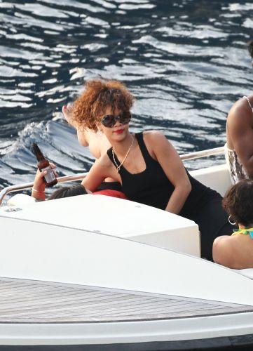 Em férias em Positano na Itália, Rihanna beija amiga e se diverte durante passeio de barco (24/8/11)