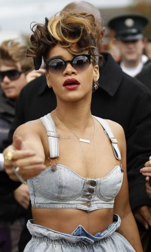 Rihanna conversa com fotgrafo durante filmagens do clipe 