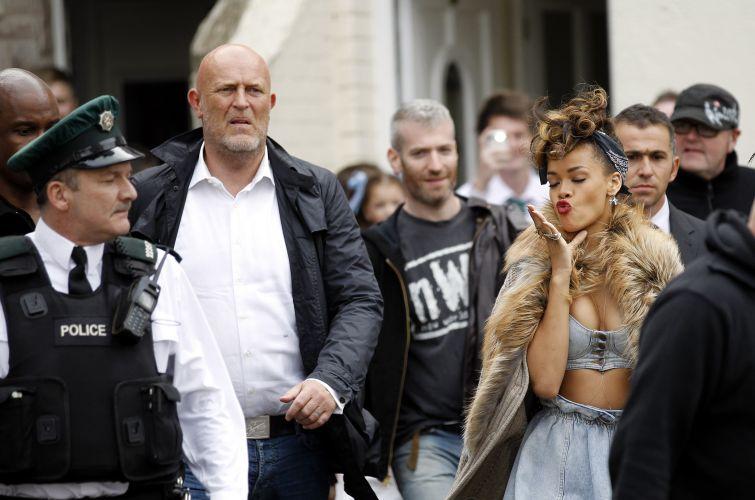 Rihanna manda beijo ao chegar para as filmagens do clipe
