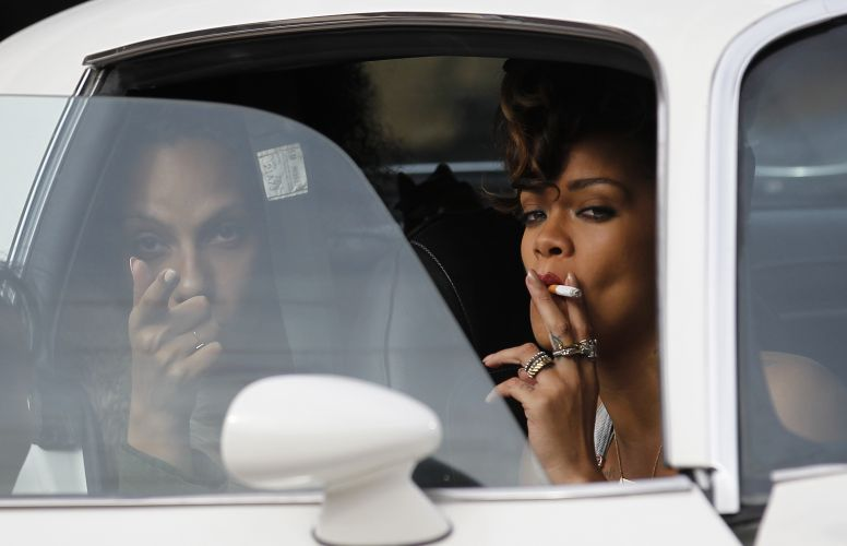 Rihanna fuma durante filmagens do clipe 