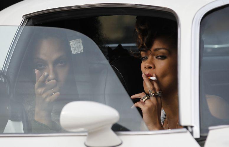Rihanna fuma durante filmagens do clipe