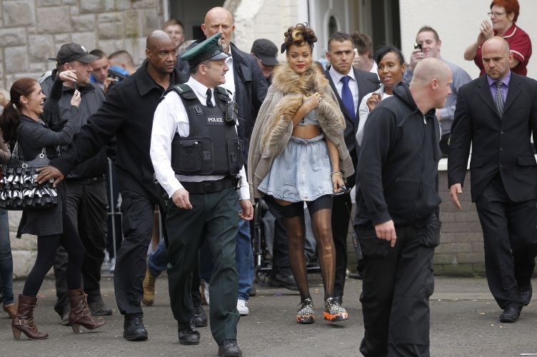 Rihanna chega para as filmagens do clipe 