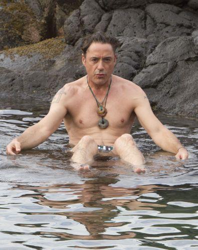 Usando colares, o ator Robert Downey Jr. curte águas mornas em Kauai, no Havaí. A estrela de