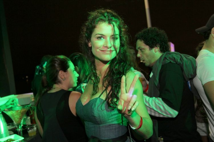 A atriz Alline Moraes posa para foto no camarote do Rock in Rio (02/10/2011)